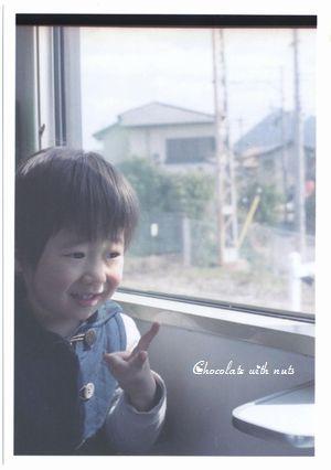 17 1P 窓際でピース ミニ.jpg