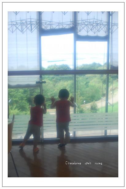 21 窓と子.jpg