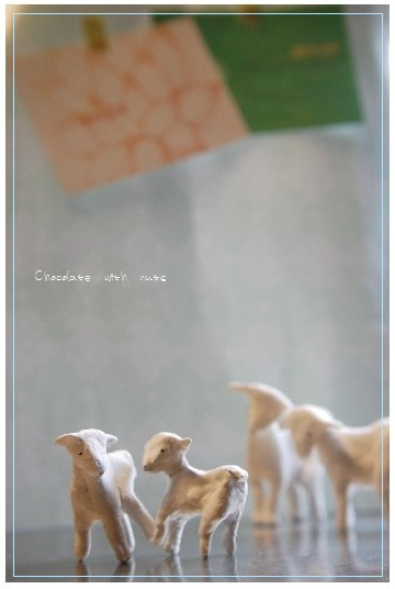 28 遊ぶ羊とポスカ.jpg